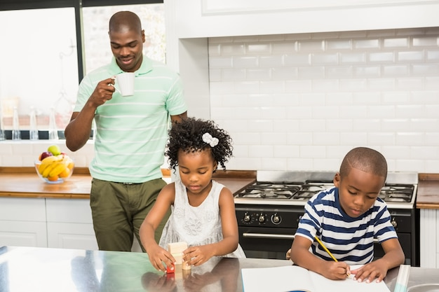 Padre e figli in cucina
