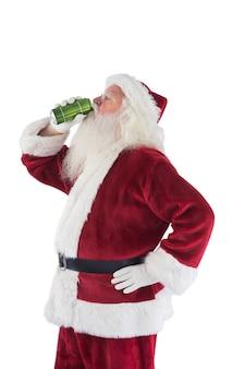 Babbo natale beve birra con gli occhi chiusi
