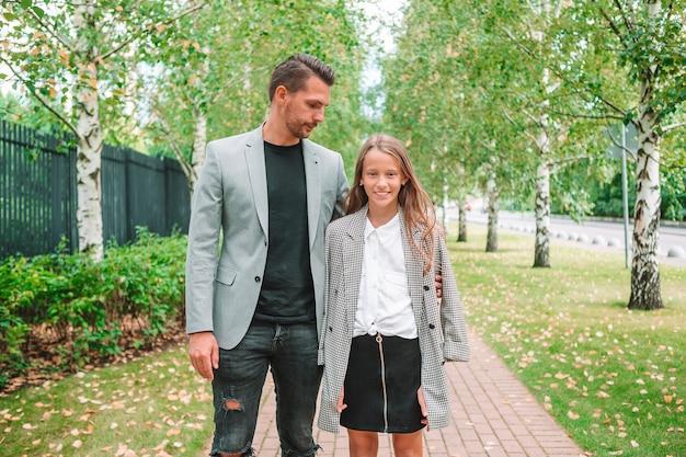 Padre e figlia carina all'aperto in autunno