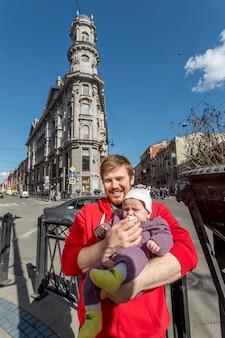 Padre e bambino carino in posa nel centro di san pietroburgo, russia