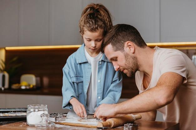 Padre e figlia che cucinano in cucina