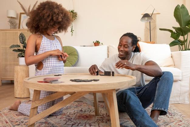 Padre e figlia che si divertono a casa Foto Premium