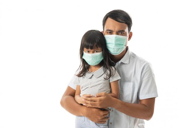 Padre e figlia che indossano maschere per il viso
