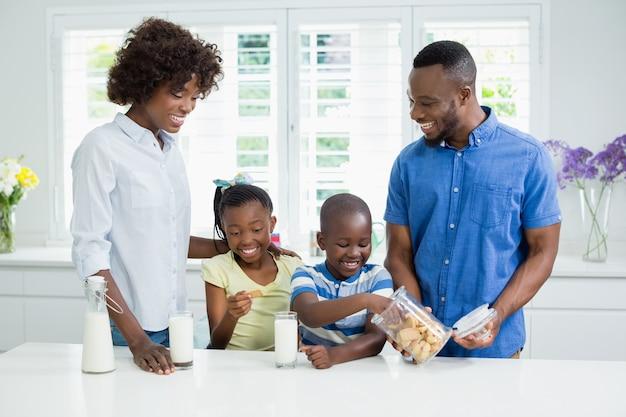 Padre che dà i biscotti ai bambini