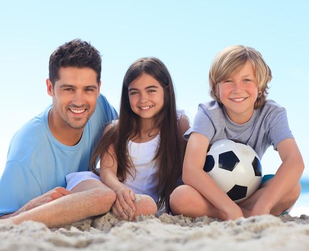 Padre e i suoi figli con una palla