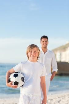 Padre e suo figlio sulla spiaggia