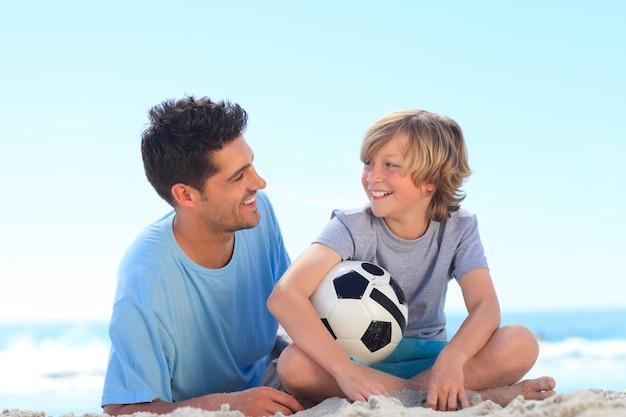 Padre e suo figlio con una palla