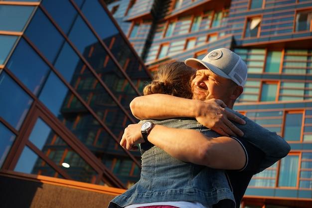 Il padre abbraccia sua figlia con amore