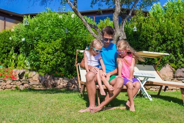 Padre e bambini a divertirsi in vacanza spiaggia tropicale all'aperto