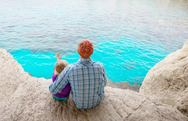 Padre e figlia piccola sulla spiaggia del mare