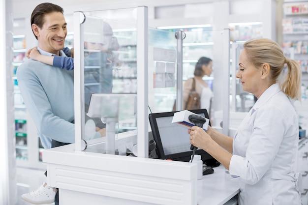 Padre e figlia piccola che fanno shopping in una farmacia