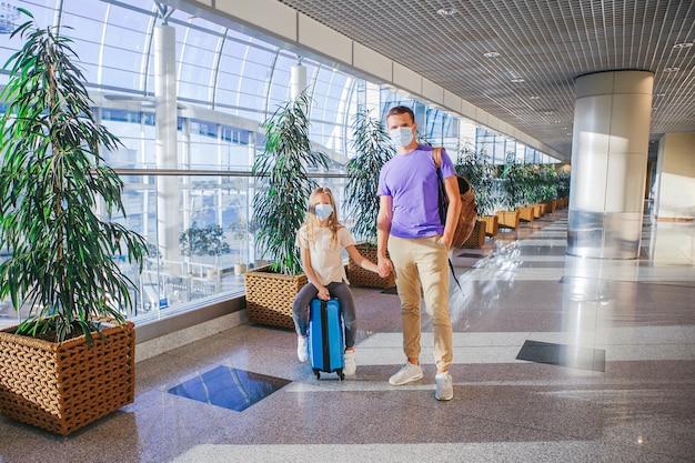 Padre e figlia piccola indossano una maschera per proteggersi da covid
