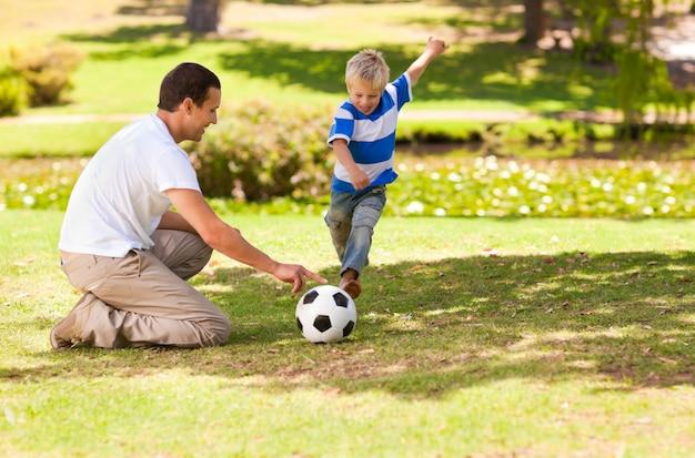 Padre giocando a calcio con suo figlio