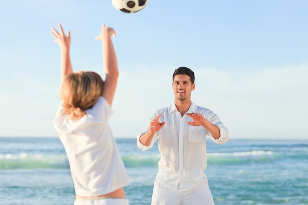 Padre giocando con suo figlio sulla spiaggia