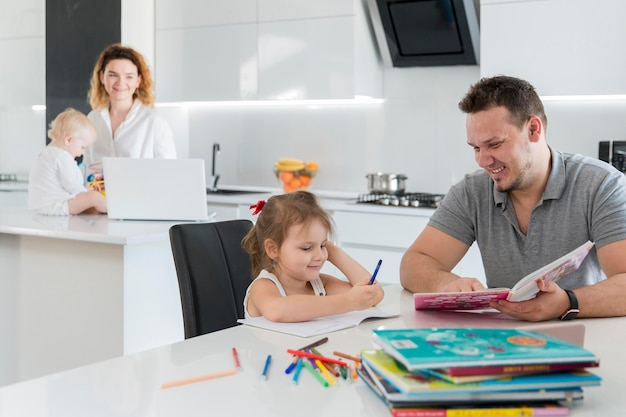 Padre che legge alla figlia