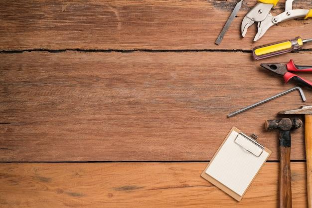 Fondo di festa del papà con lo spazio della copia. strumenti di costruzione e trattamento impostati su un tavolo di legno strumenti di costruzione piatti, vecchi e vintage