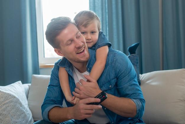 Festa del papà bambino che abbraccia il suo papà