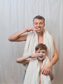 Papà papà e figlio si lavano i denti