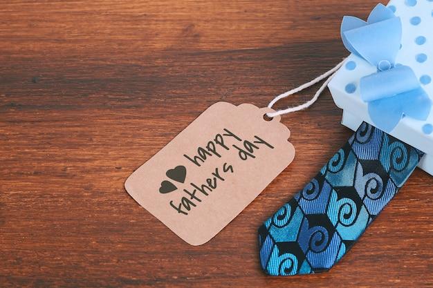Cartolina d'auguri di festa del papà con scatola regalo