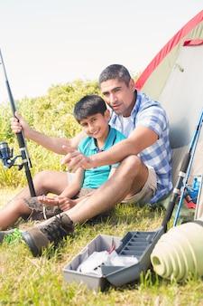 Padre e figlio al lato della tenda Foto Premium