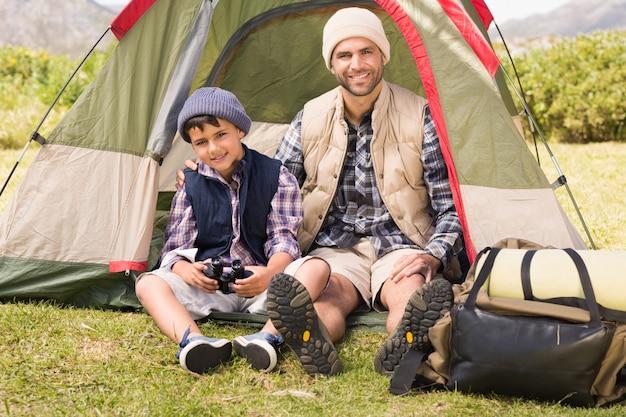 Padre e figlio accanto alla loro tenda Foto Premium