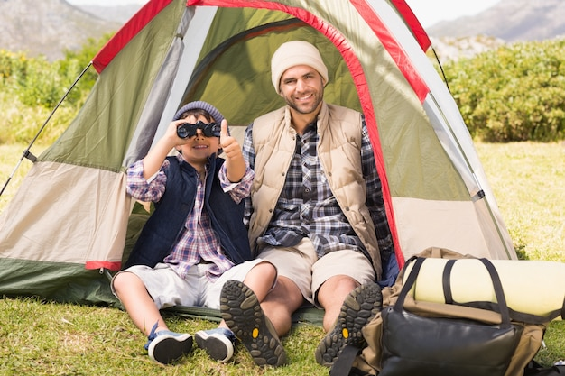 Padre e figlio accanto alla loro tenda