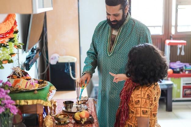 Padre e figlio che celebrano il diwali o il festival indù a casa