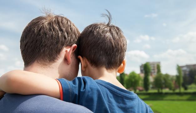 Padre e figlio in una città