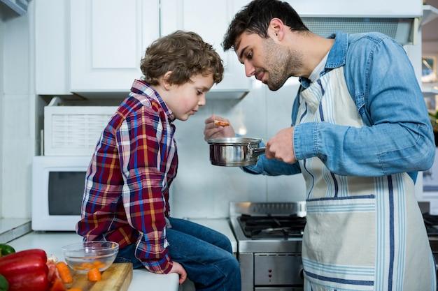 Padre e figlio che cucinano insieme cibo