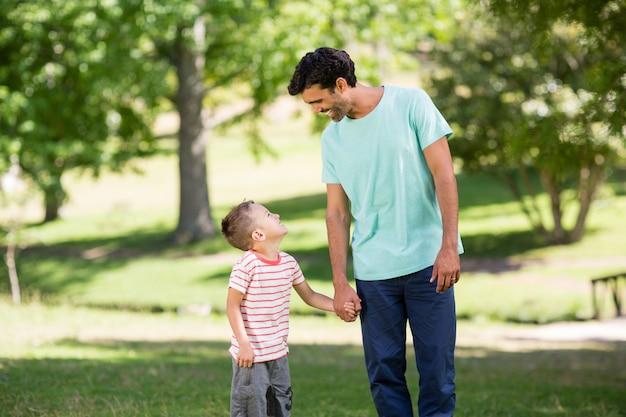Padre e figlio che godono insieme nel parco