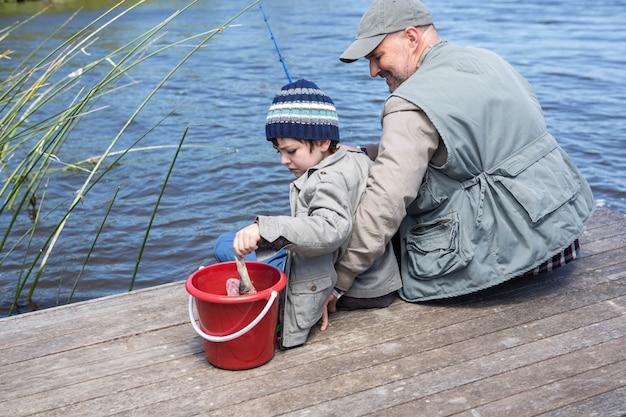 Padre e figlio che giocano in un lago