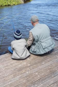 Padre e figlio pesca in un lago