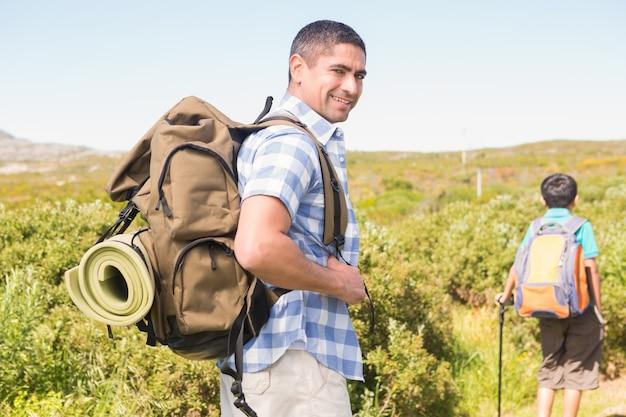 Padre e figlio, escursioni in montagna Foto Premium