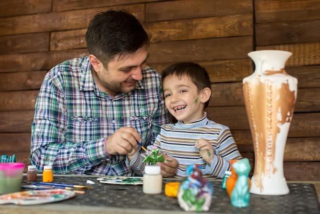 Padre e figlio dipingono i colori.