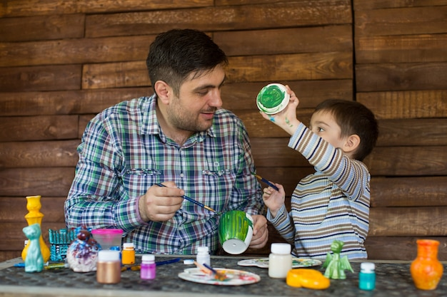 Padre e figlio dipingono.