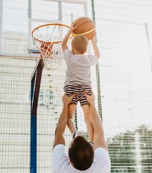 Padre e figlio che giocano a basket