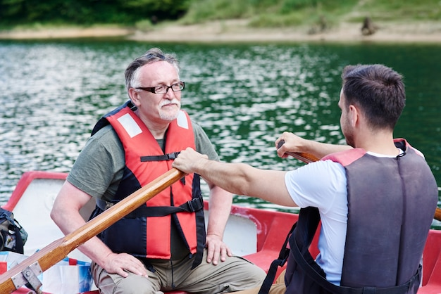 Padre e figlio trascorrono del tempo in barca a remi
