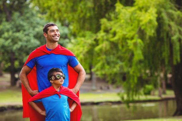 Padre e figlio in costume da supereroe
