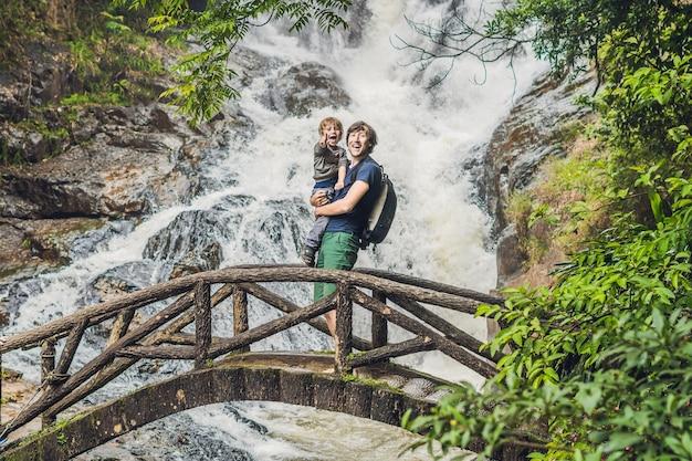 Padre e figlio sulla superficie della bellissima cascata datanla nella città di montagna di dalat, vietnam