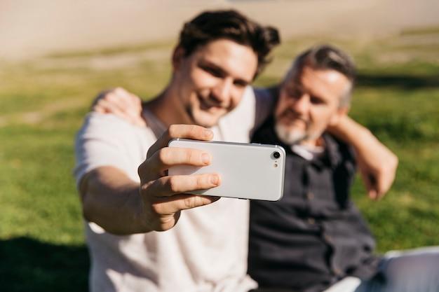 Padre e figlio prendendo selfie