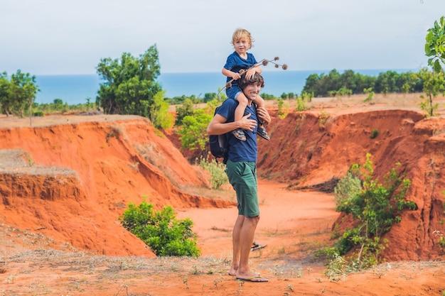 Padre e figlio viaggiatori nel canyon rosso vicino a mui ne, vietnam meridionale. viaggiare con il concetto di bambini.