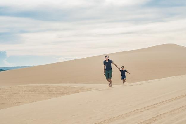Padre e figlio nel deserto bianco