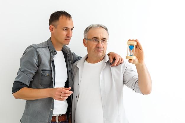 Padre e figlio con la clessidra