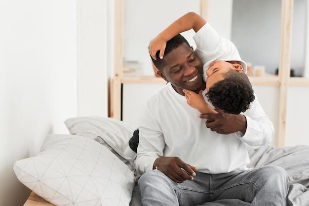 Padre e sole che giocano in casa