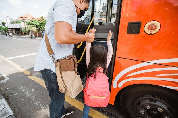Il padre porta sua figlia a scuola la mattina