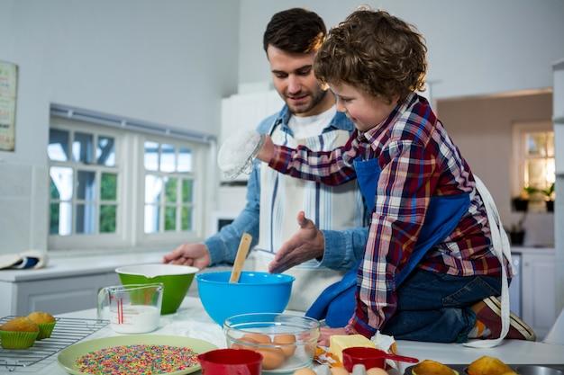 Padre che insegna a suo figlio a fare il cupcake