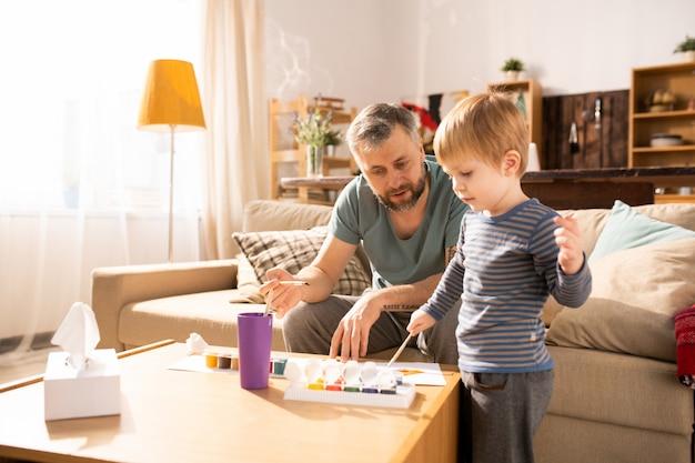Padre che insegna al figlio a dipingere