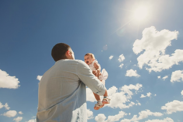 Il padre lancia la figlia in cielo.