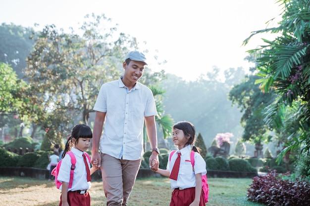 Il padre accompagna il bambino a scuola la mattina