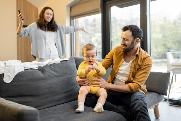 Padre che indossa il suo figlioletto a casa